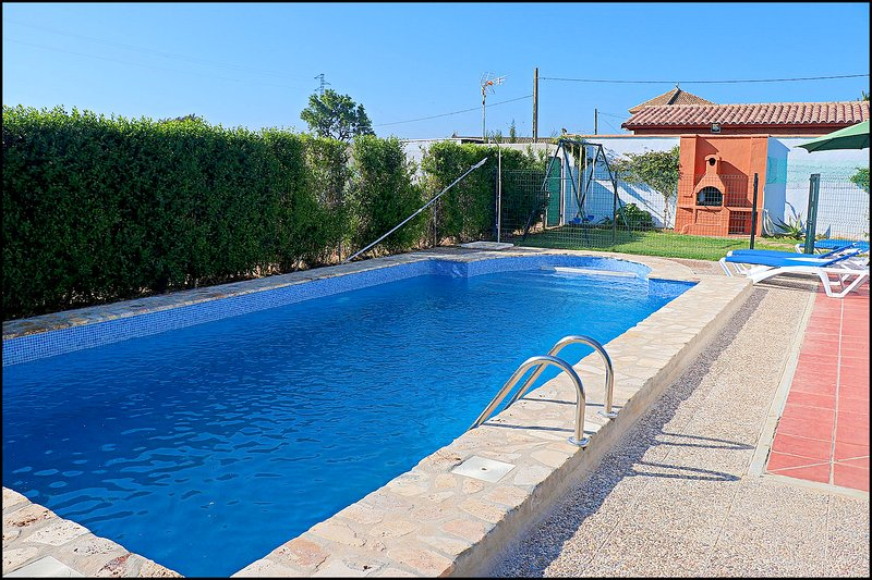 Casa de Campo con piscina, aluguéis de temporada em Los Naveros