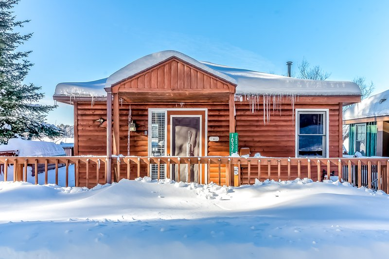 New listing! Lakefront cabin with dock, over-water deck, year-round views!, location de vacances à Lake Tomahawk
