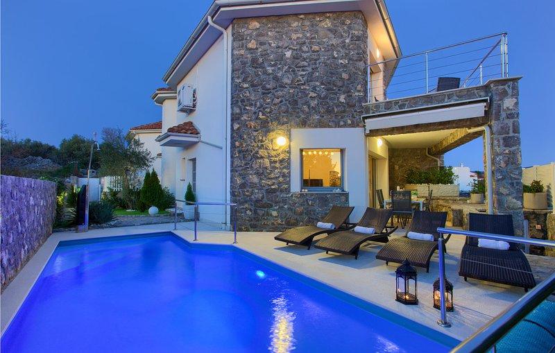 Awesome home in Krk with WiFi and 2 Bedrooms (CKK727), alquiler de vacaciones en Silo
