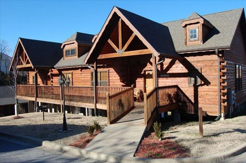 Cozy Cabin - Heart of Branson - 2 Master Bedrooms with all taxes paid!!, holiday rental in Branson