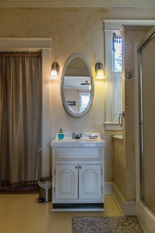 La suite principale dispose d'une salle de bain privée avec douche à l'italienne.
