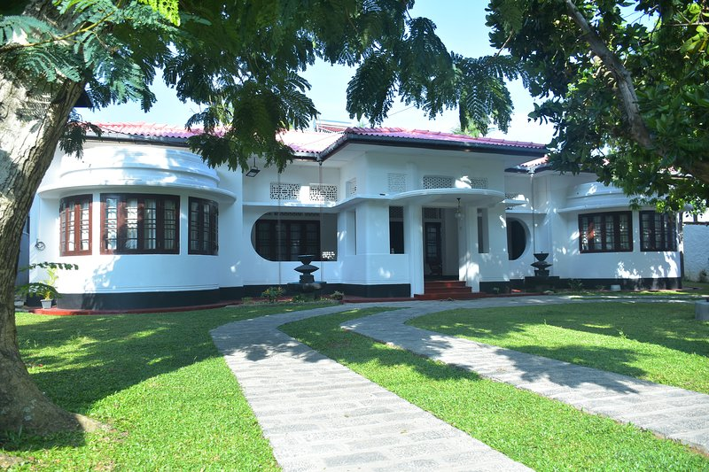 large colonial house with front n back gardens situated in the heart of the city, holiday rental in Elpitiya