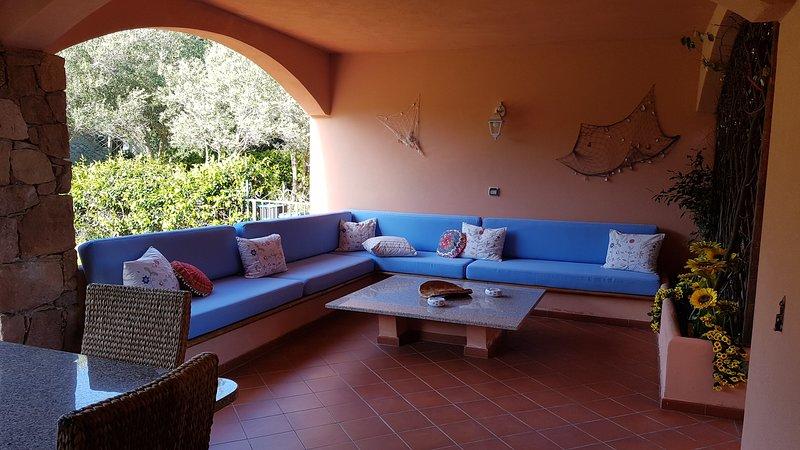 Splendido trilocale con piscina, giardino, veranda, holiday rental in San Teodoro