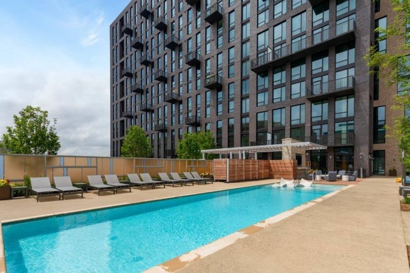 2 Bed Luxury Stay with Balcony View In Reston Town Center IAD/Metro, location de vacances à Ashburn