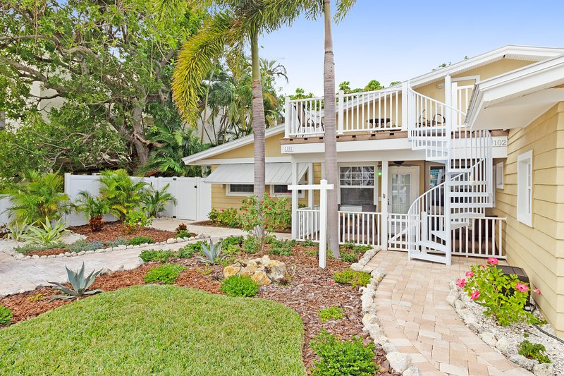 Cozy dog-friendly cottage with shared pool only steps from the beach, holiday rental in Holmes Beach