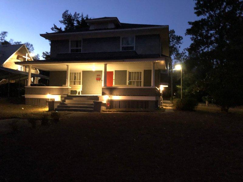 Large Desirable Corner House, holiday rental in Hamlet