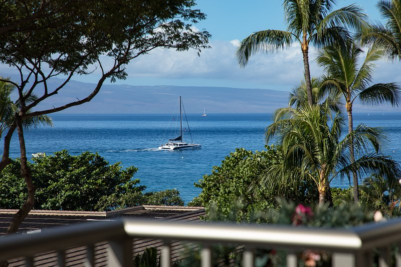THE WHALER ON KAANAPALI BEACH LUXURIOUS OCEAN VIEW CORNER UNIT, vacation rental in Ka'anapali