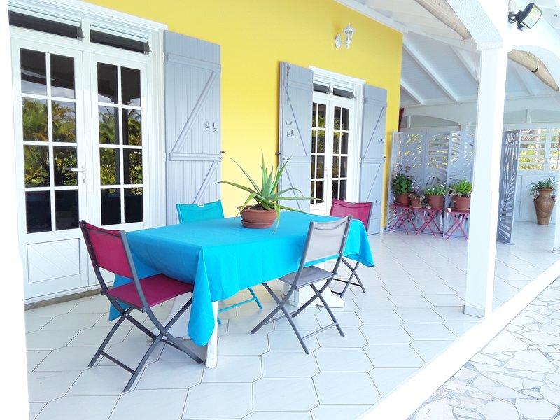 DANS VILLA LOGEMENT 4 PERSONNES EQUIPE COTE PATIO JARDIN POUR 'FAMILLE/AMIS', location de vacances à Sainte Rose