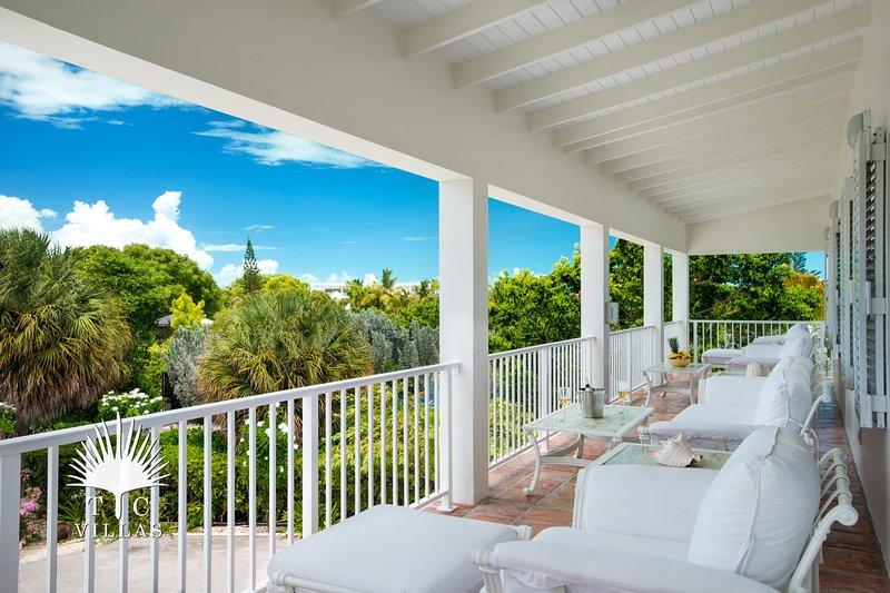 El amplio balcón es un excelente lugar para congregarse y relajarse.