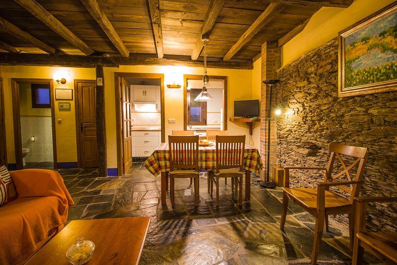 Sala com sofá-cama duplo Banheiro Cozinha 2 quartos duplos com banheiro máximo 6 pax
