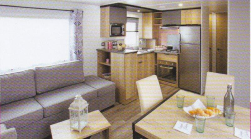 Pièce de vie avec cuisine, espace repas et salon