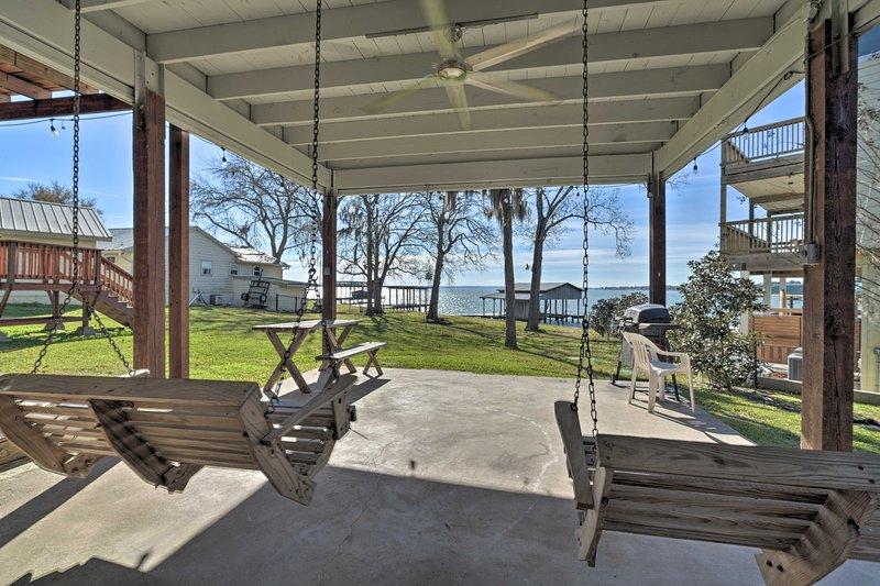 Lakefront Livingston Home w/ Boat House & Kayaks! – semesterbostad i Livingston