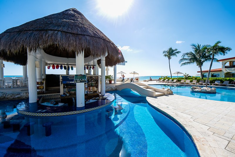 20% Discount Promo! Oceanfront, Pool Bar, Close to Shops & Restaurants! WiFi!, holiday rental in Playacar