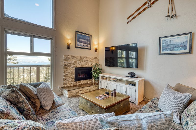 New listing! Spectacular townhouse w/Lake Tahoe views, shared hot tub and pool!, location de vacances à Kingsbury