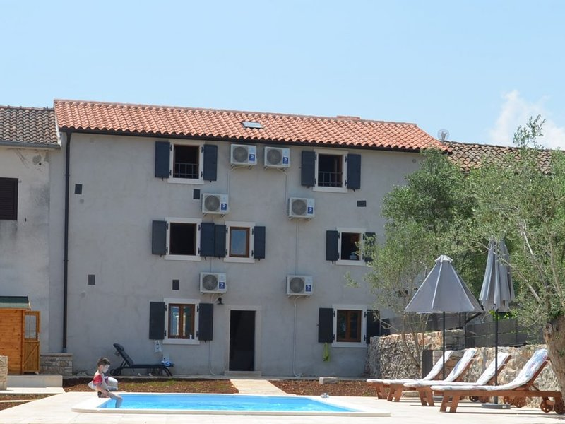 Holiday house with pool for 8-10 people