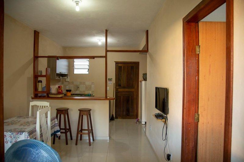 Casa de dois quartos para aluguel de temporada acomodando até 6 pessoas., vacation rental in Taperoa