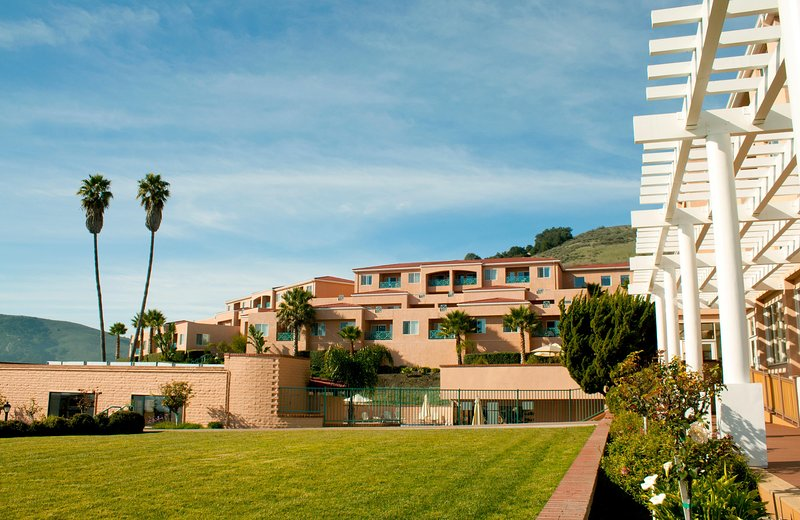 Spacious Suite w/ Resort Outdoor Heated Pool & Hot Tub, Spa Services & More!, location de vacances à Avila Beach