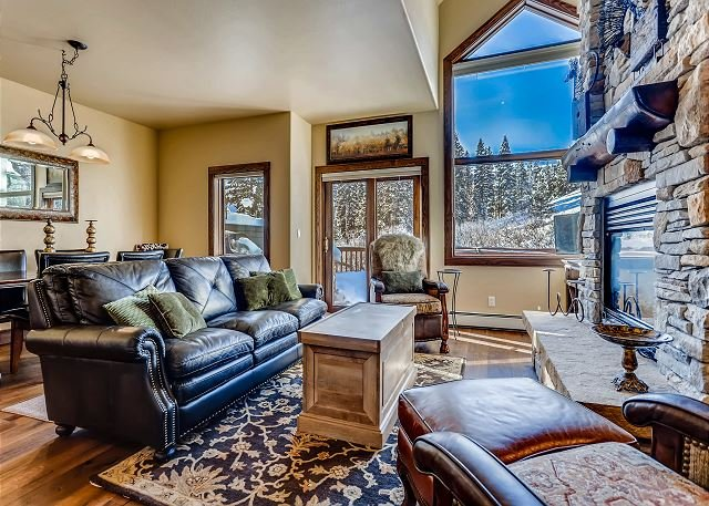Ski in Ski Out Four Bedroom Townhome located on the 4 O'clock Ski Run!, holiday rental in Breckenridge