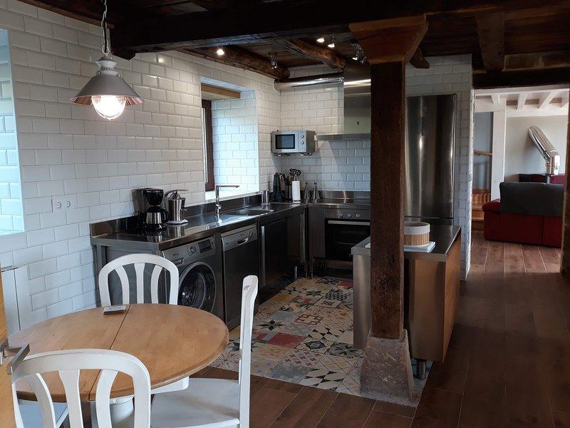 Casa de alquiler completo para 10 hasta 14 personas. Tranquilidad y comodidad, holiday rental in Valdeprado del Rio
