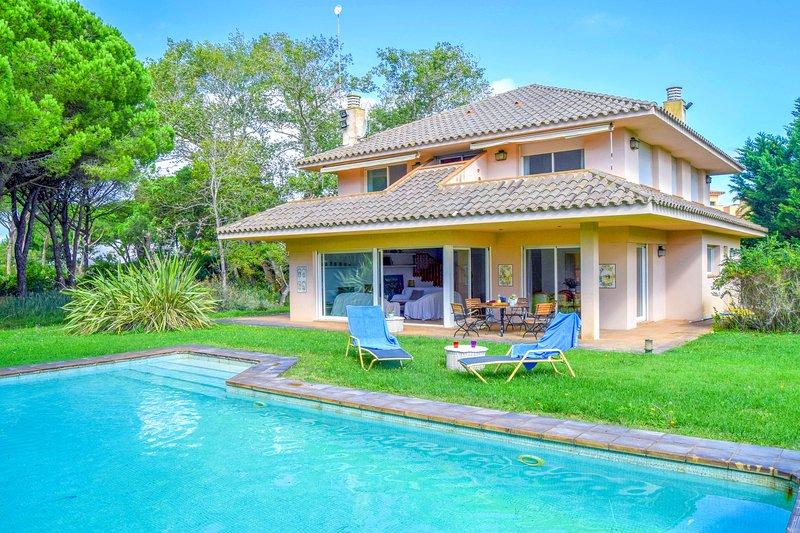 Villa 100 meters from the sea, in the Platja de Pals Golf Club, garden and pool., vacation rental in Playa de Pals