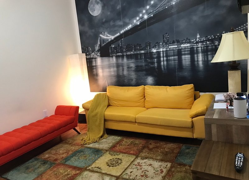 Brand new full 2 bed room apartment 25 mins from NYC, aluguéis de temporada em Jersey City