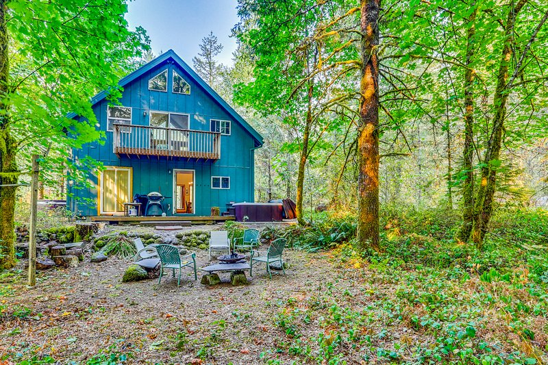 Lovely cabin in the woods with a private hot tub, perfect for relaxing!, vacation rental in Welches