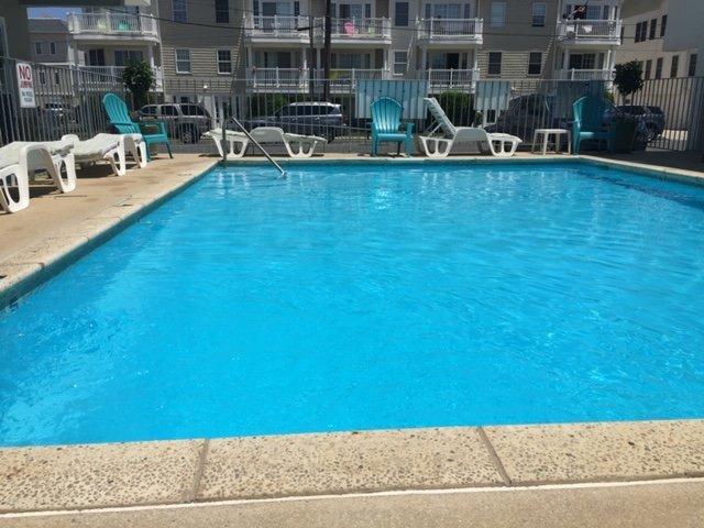 Vista a nivel de calle de la piscina climatizada.
