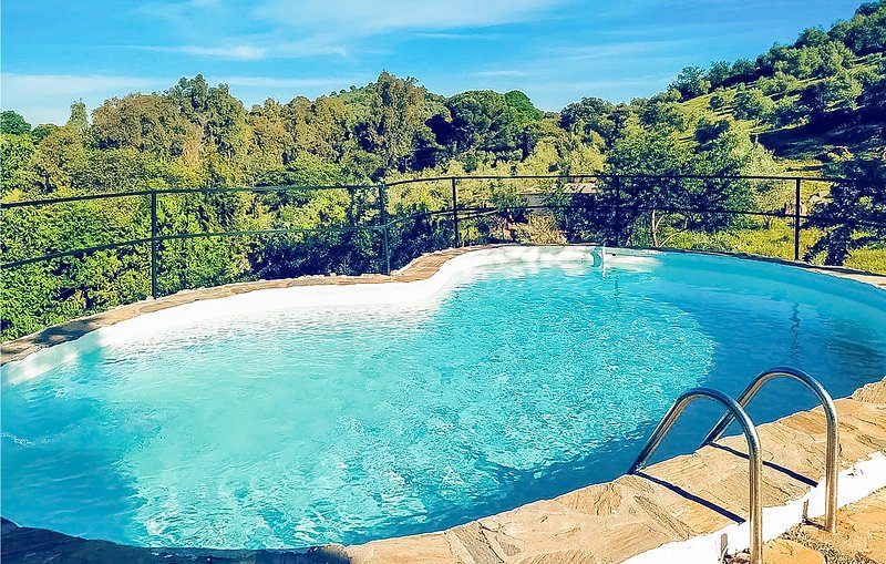 Nice home in Constantina with Outdoor swimming pool, Outdoor swimming pool and 5, vacation rental in Constantina