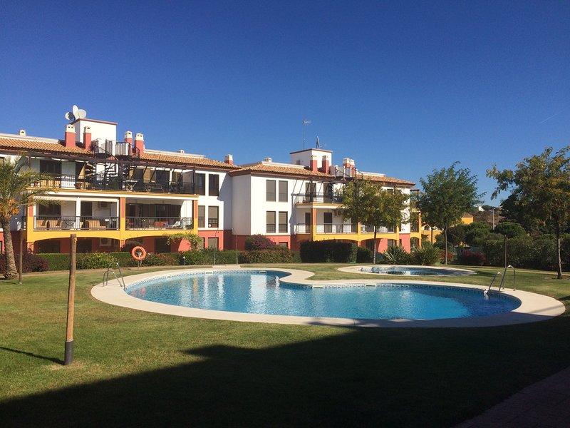 Playa & golf en el Algarve español. Playas de ensueño en un apartamento de lujo, vacation rental in Costa Esuri