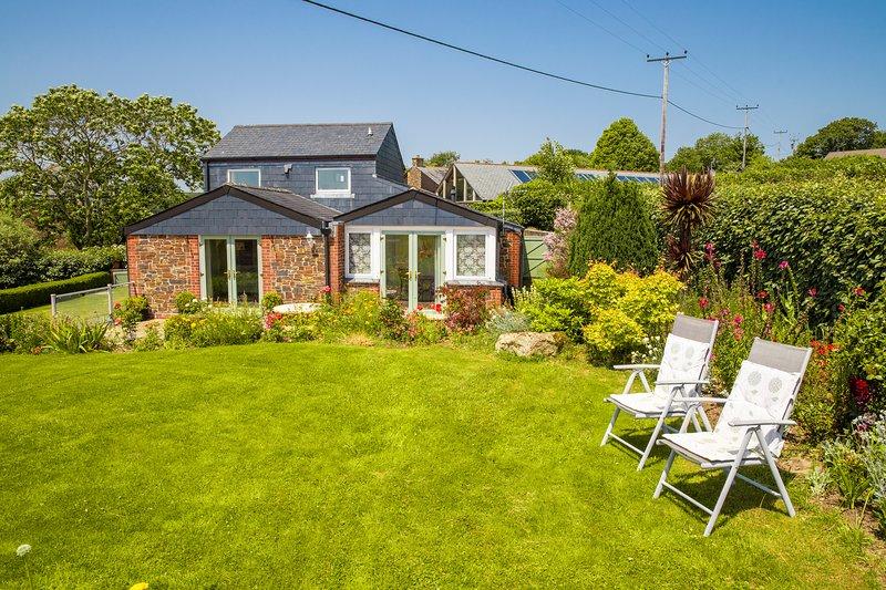 Poltor Cottage, near Par Beach, Cornwall: Lovely views; private garden; parking, location de vacances à Luxulyan