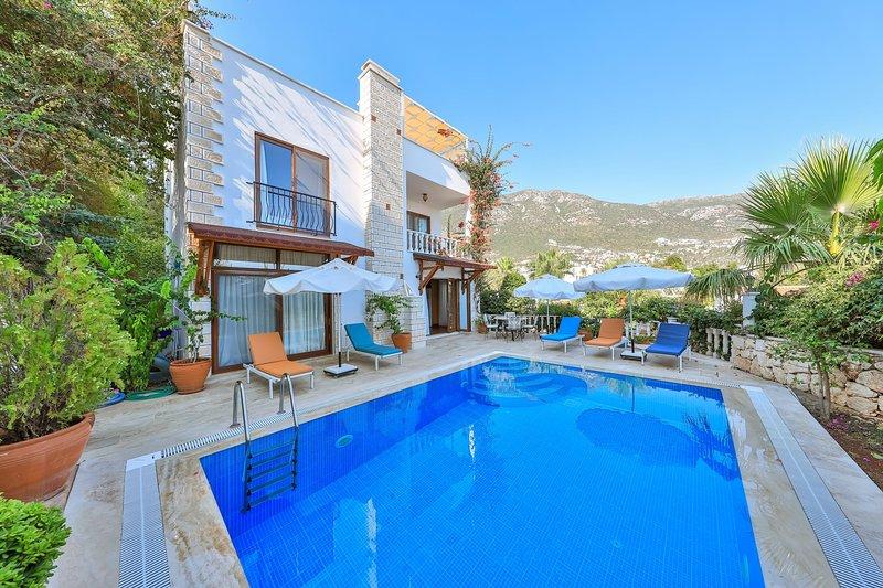 Villa Sovalye: 3 double ensuite bedrooms, roof terrace & private heated pool, holiday rental in Kalkan