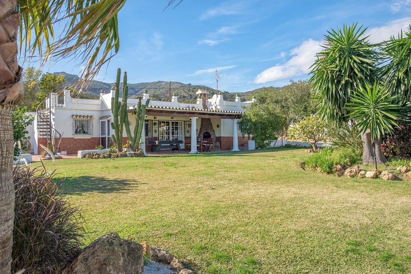 NEW!!! 2 houses in the big garden, 4 bedrooms, 2 private kitchens, heated pool, alquiler de vacaciones en Málaga