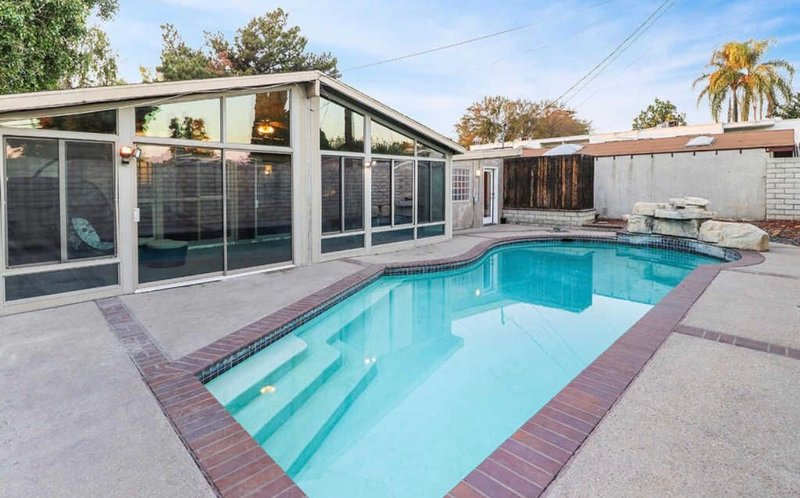 Awesome Pool house with guest house all private  use 4+2, vacation rental in East Los Angeles