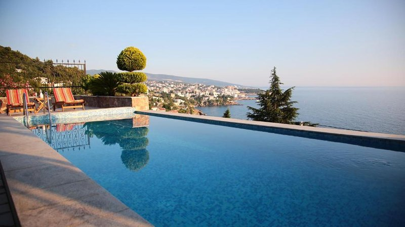 Luxury one bedroom apartment with access to a pool, vacation rental in Bar