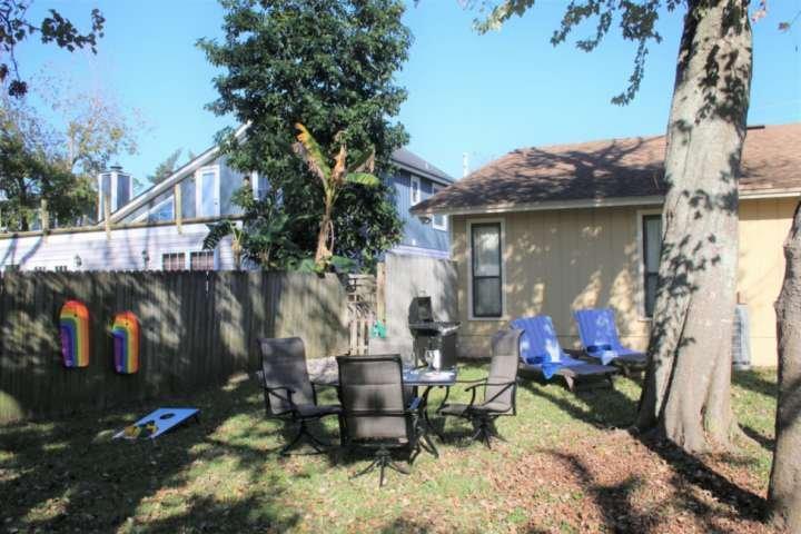 Cortile recintato con zona pranzo, area lounge, barbecue