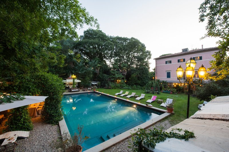 Eclectic noble villa with private swimming pool between Pisa and Lucca, alquiler vacacional en Vecchiano