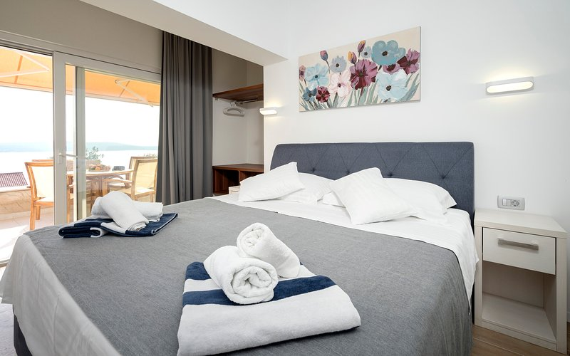 Luxury apartment with charming terrace, great sea view and whirlpool, holiday rental in Zavala