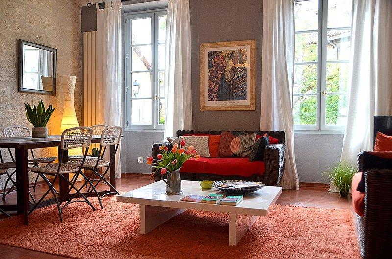 L'appt est situé au coeur du centre ville, à 5 min, holiday rental in Villeneuve-les-Avignon