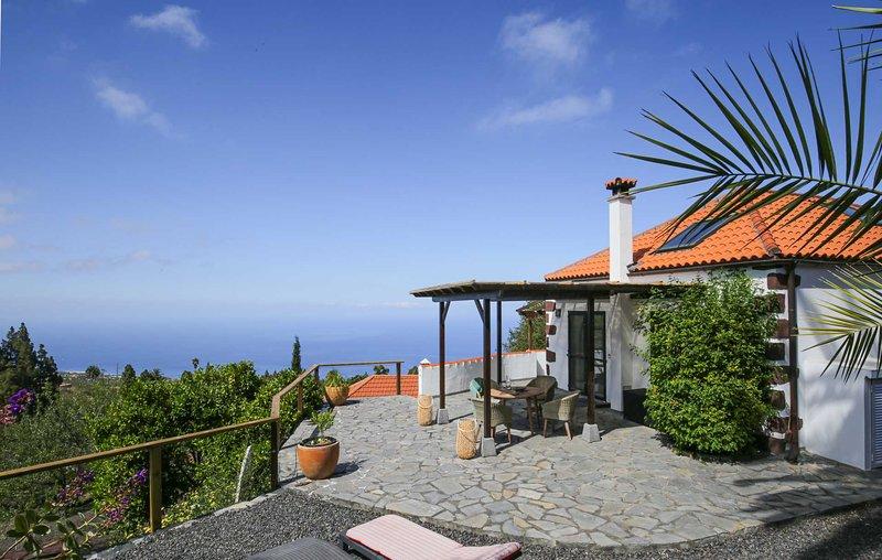 Sonniges, modernes Haus mit Meer- und Bergblick, holiday rental in Las Tricias
