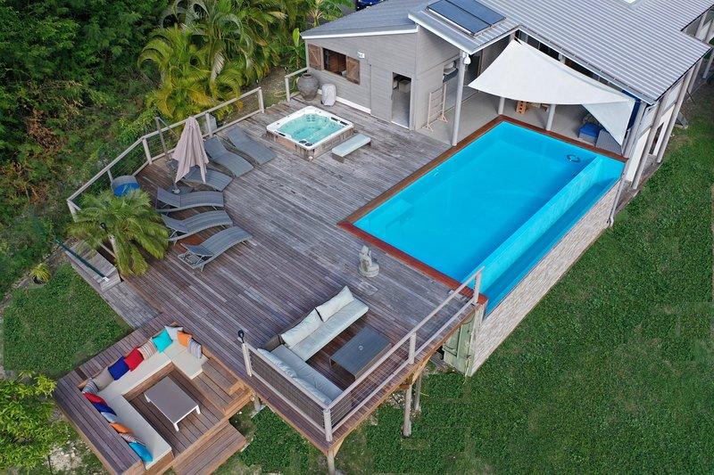 Superbe villa contemporaine avec piscine et spa au Gosier, location de vacances à Le Gosier