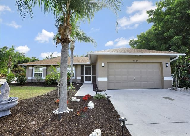Quiet inland house w/ heated pool, two queen beds & outdoor grill, holiday rental in Everglades City
