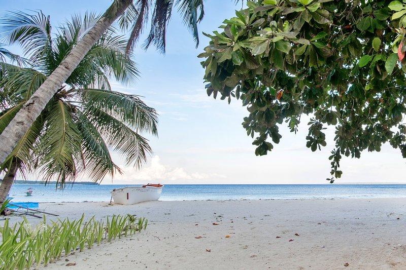 BANTAYAN BEACHHOUSE BY INDAI, vacation rental in San Remigio
