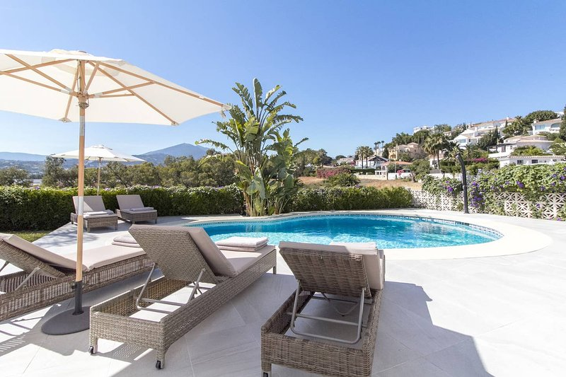 LUXURY HEATED POOL VILLA JACUZZI CINEMA BBQ SUNSET, holiday rental in Nueva Andalucia