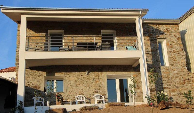 Spacious house with garden, location de vacances à Braganca District