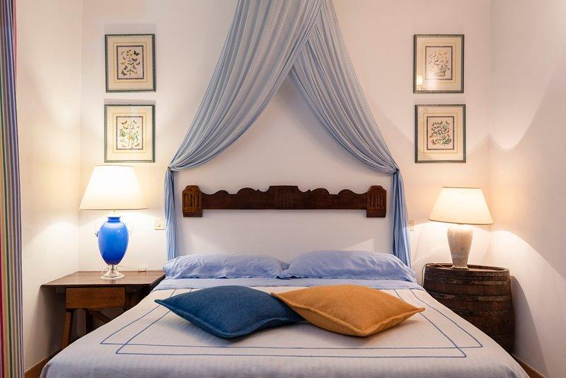 Grazioso appartamento in agriturismo con piscina, holiday rental in Tirli