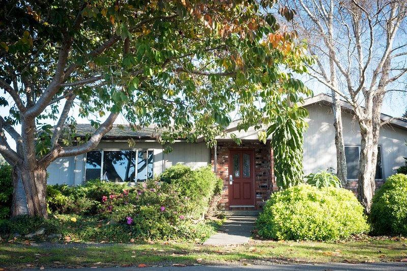 Quaint, dog-friendly home close to beaches & Redwood National Park, vacation rental in Trinidad