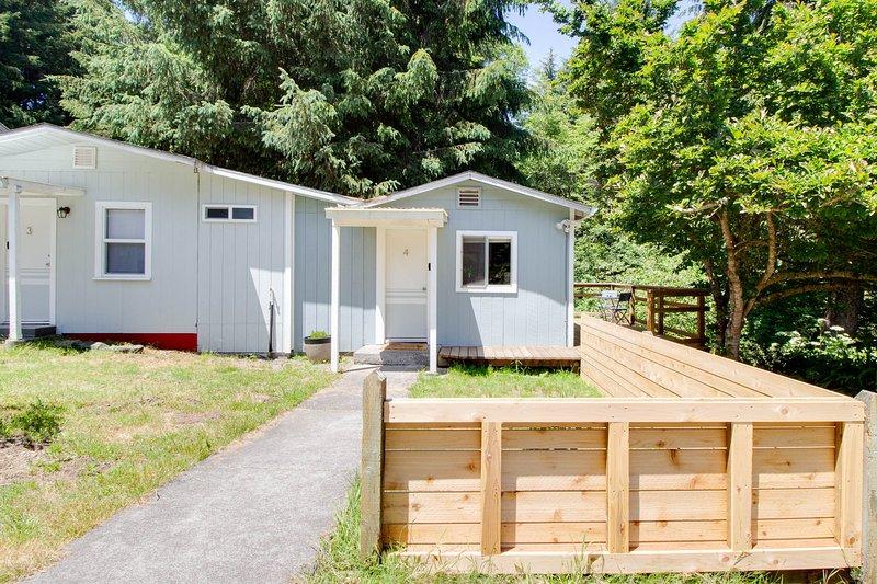 Studio cabin w/new upgrades and a private deck overlooking Strawberry Creek!, location de vacances à McKinleyville
