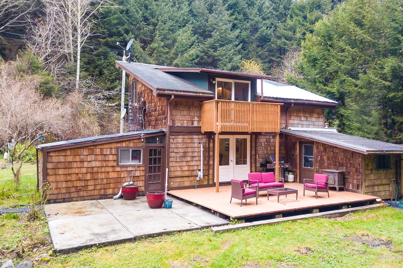 Cozy cabin for two w/ a furnished deck & grassy yard - close to hiking trails, vacation rental in Trinidad
