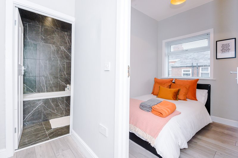 Family Luxury House, Sleeps Up To 8, vacation rental in Salford