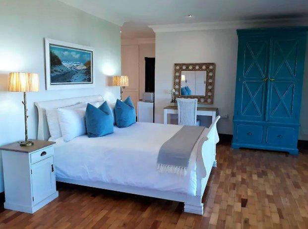 Luxury 'Ocean Suite' - huge room, amazing Seaviews from bed, semi self catering, holiday rental in Umhlanga